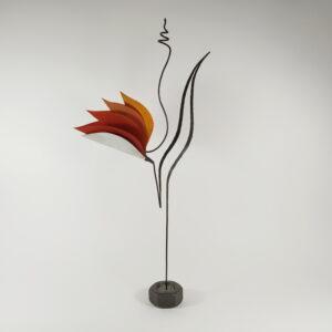"""Γλυπτό """"λουλούδι-πουλί"""" μονοκοντυλιά μεταλλικό με χάρτινα """"πέταλα-φτερά"""" σε κόκκινες και πορτοκαλιές αποχρώσεις στηριζόμενο σε λεπτό μεταλλικό άξονα"""